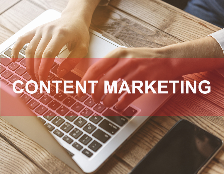 content marketing blog, ordenador y manos escribiendo